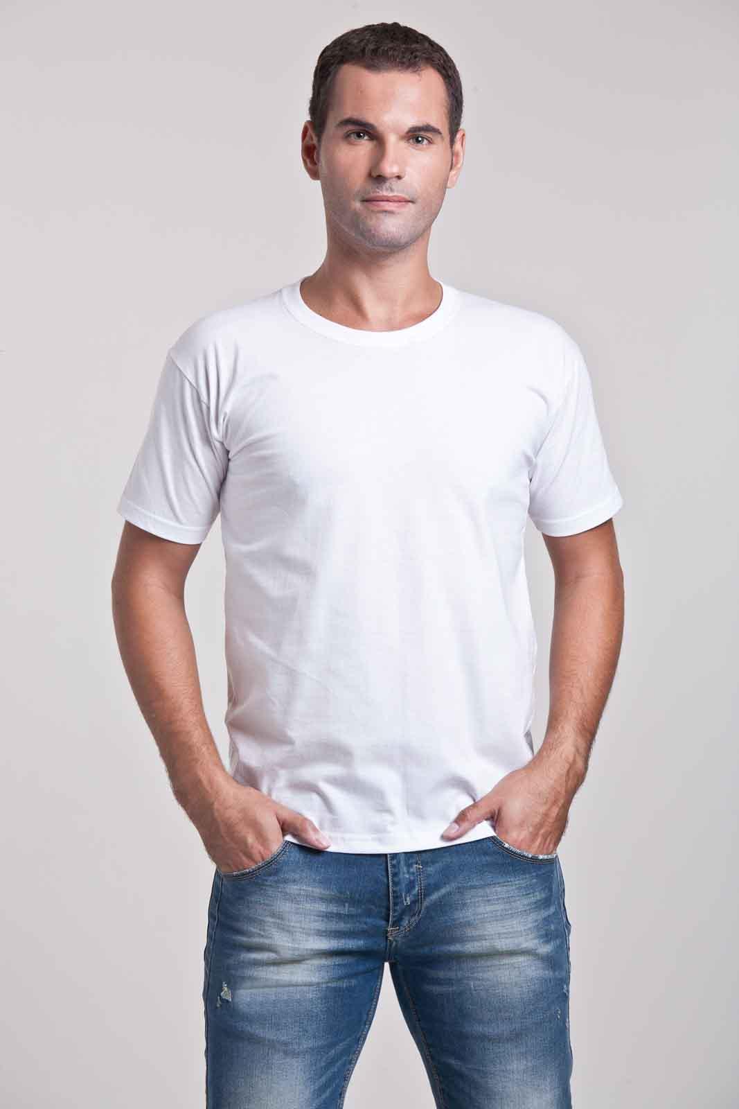 Homem vestindo camiseta básica