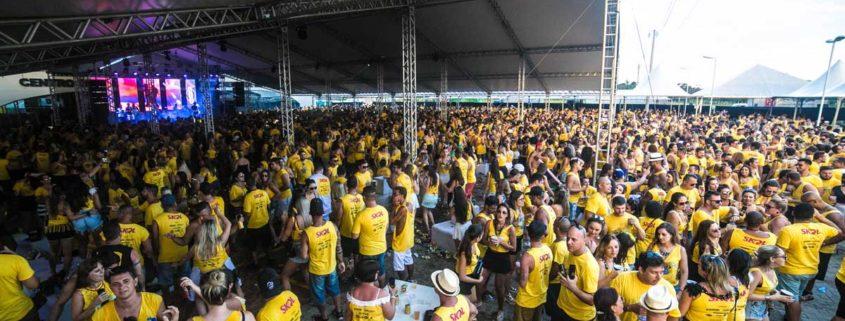 Pessoas com a mesma camiseta em uma festa de Carnaval