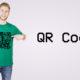 Modelo exibe camiseta com estampa de QR Code