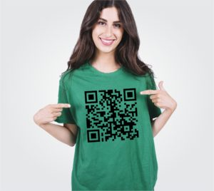 modelo exibe camiseta personalizada com estampa de QR Code