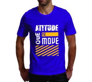 homem exibe modelo de camisetas personalizadas