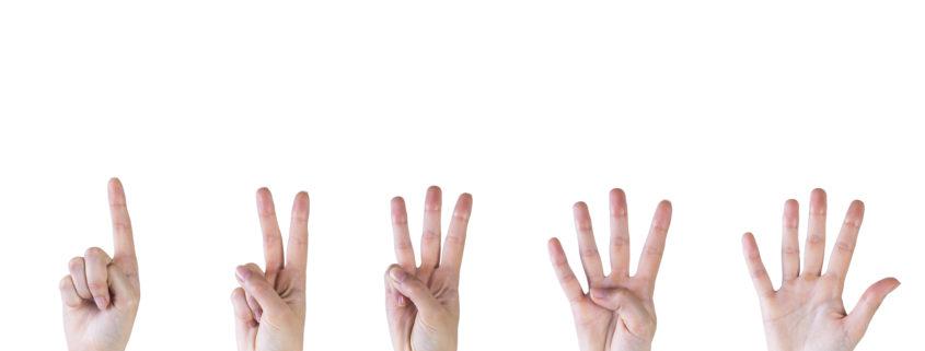 mãos representando 5 camisetas personalizadas