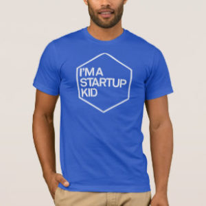 homem exibe modelo de camisetas personalizadas de startup