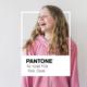 menina exibe moletom junto ao logotipo da Pantone