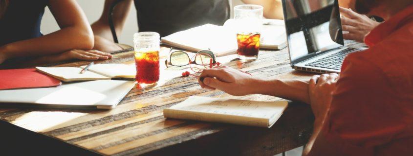 equipe de trabalho reunida em volta de uma mesa