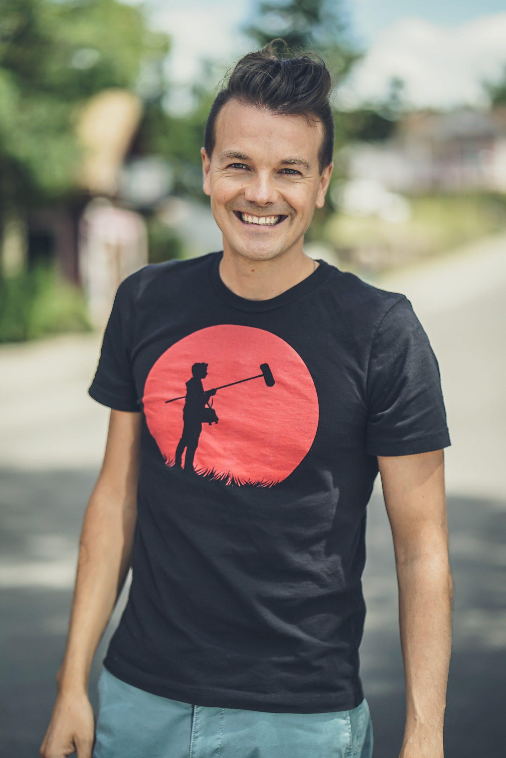 Homem vestindo uma camiseta estampada com serigrafia.