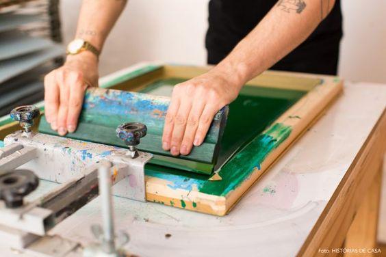 Serigrafia o que é? É uma arte de impressão em tecidos.