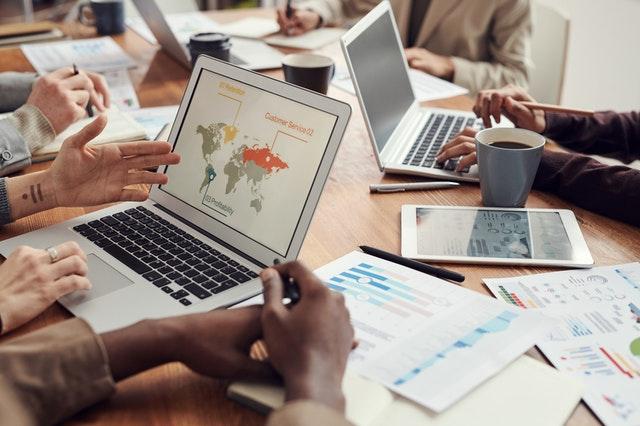 Para unir os setores de marketing e vendas invista em reuniões periódicas.