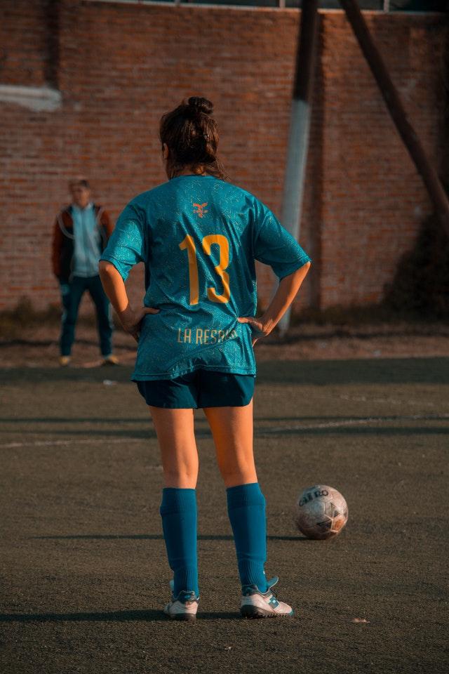 Camisetas de times de futebol são estampadas por meio de sublimação.