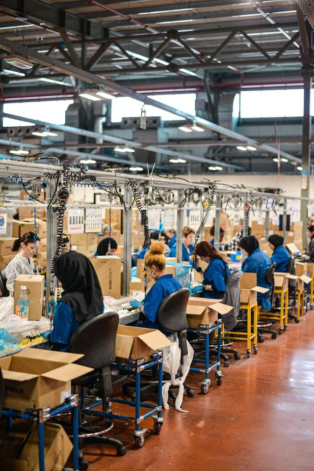 A produção em massa torna seu produto mais barato e atraente ao consumidor.