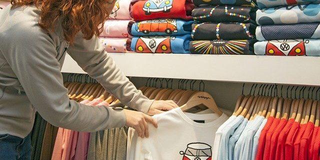 Uma camiseta personalizada pode ser estampada de diversos modos: serigrafia, DTG e Sublimação, por exemplo.