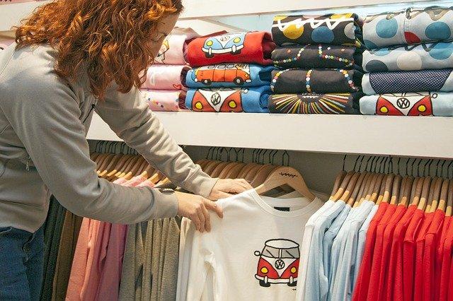 Uma camiseta pode ser estampada de diversos modos: serigrafia, DTG e Sublimação, por exemplo.